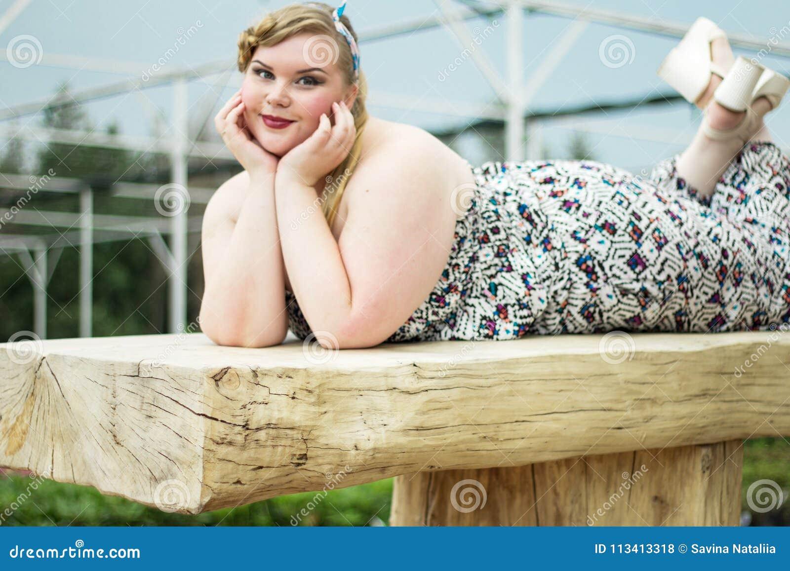 Curv pechugón bonito novo da mulher positiva do xxl do sutiã do preto do modelo do tamanho