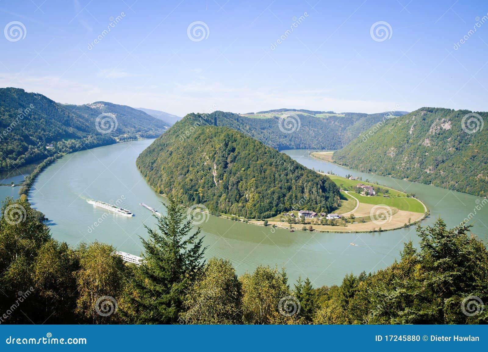 Curva del fiume di danubio fotografia stock immagine di for Cabine sul bordo del fiume