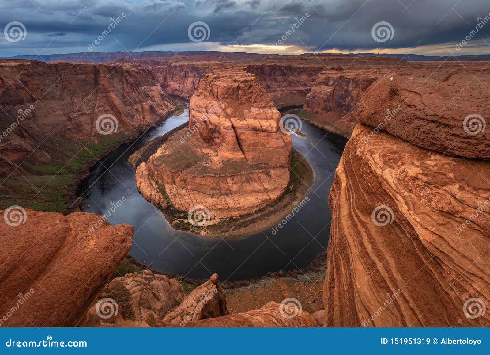 Curvatura em ferradura no por do sol, meandro do Rio Colorado na página, o Arizona