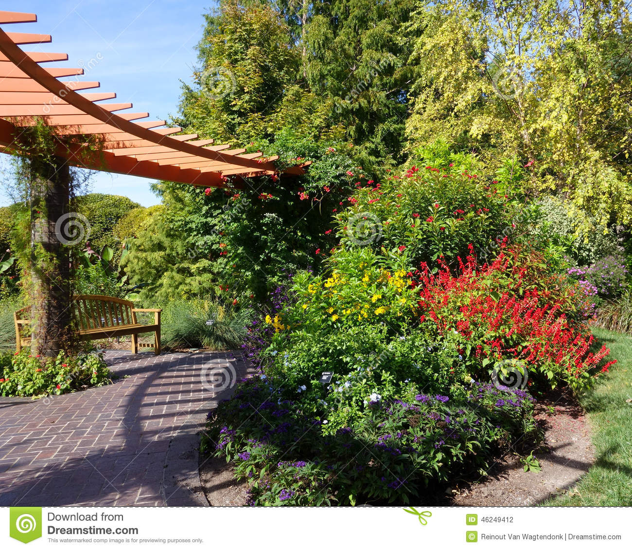 Curved Pergola And Garden Bench Stock Photo - Image of arbor ...