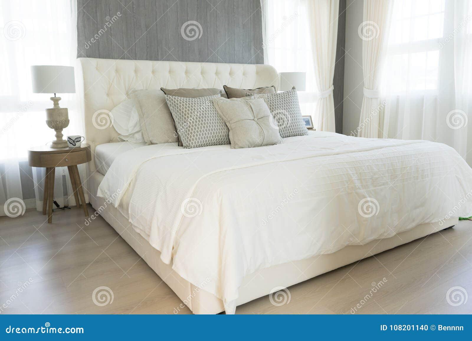 Camere Da Letto Stile Country Prezzi : Cuscini bianchi che mettono sulla camera da letto stile country