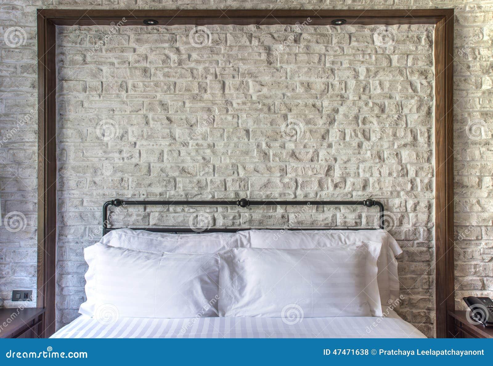 Cuscini bianchi su una camera da letto classica con il - Letto a muro ...