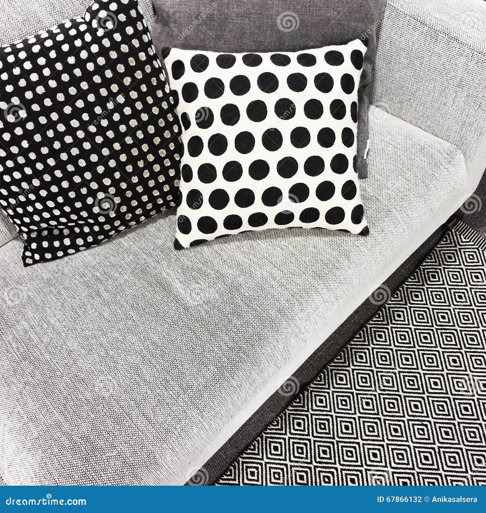 Cuscini Bianchi E Neri cuscini in bianco e nero del pois su un sofà fotografia