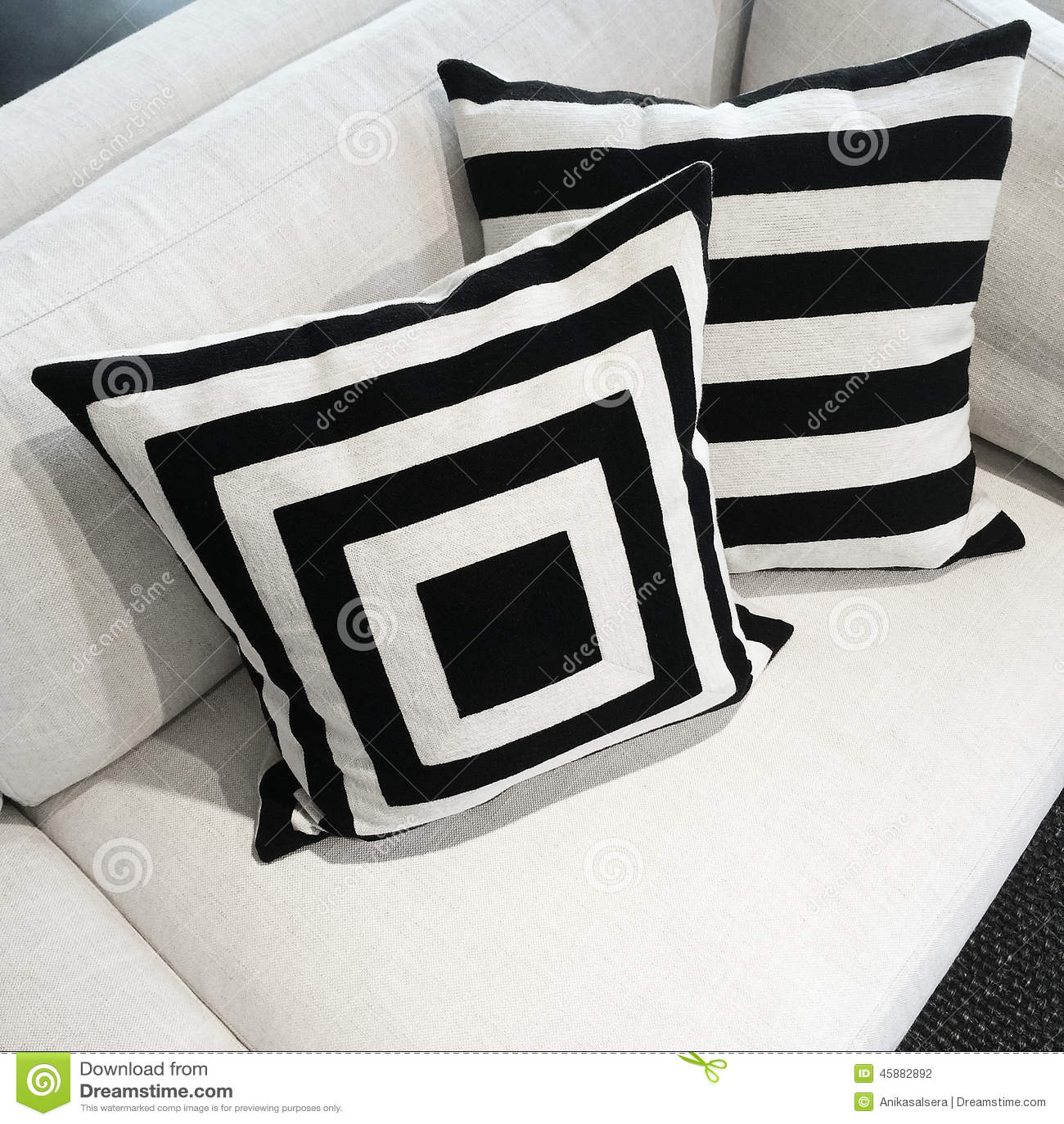 Cuscini Bianchi E Neri cuscini in bianco e nero su un sofà fotografia stock