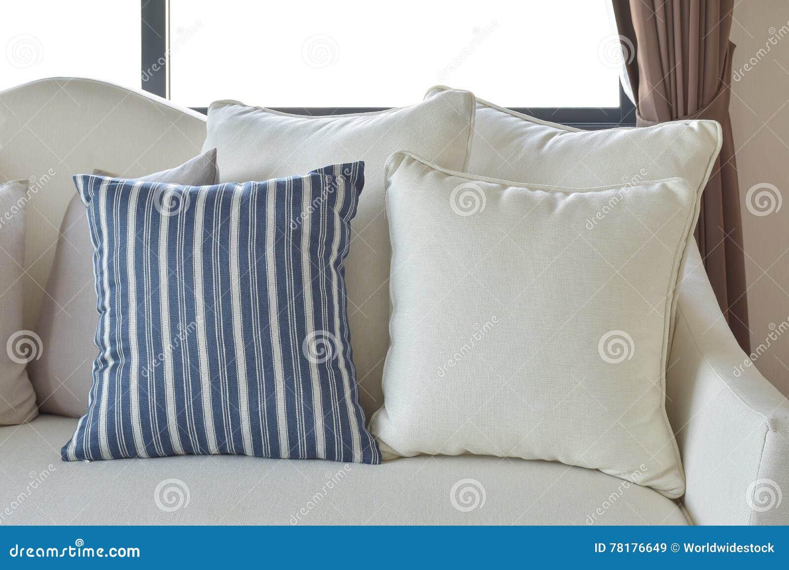 Cuscini Bianchi E Blu.Cuscini Decorativi Bianchi E Blu Su Un Sofa Casuale Nel Salone