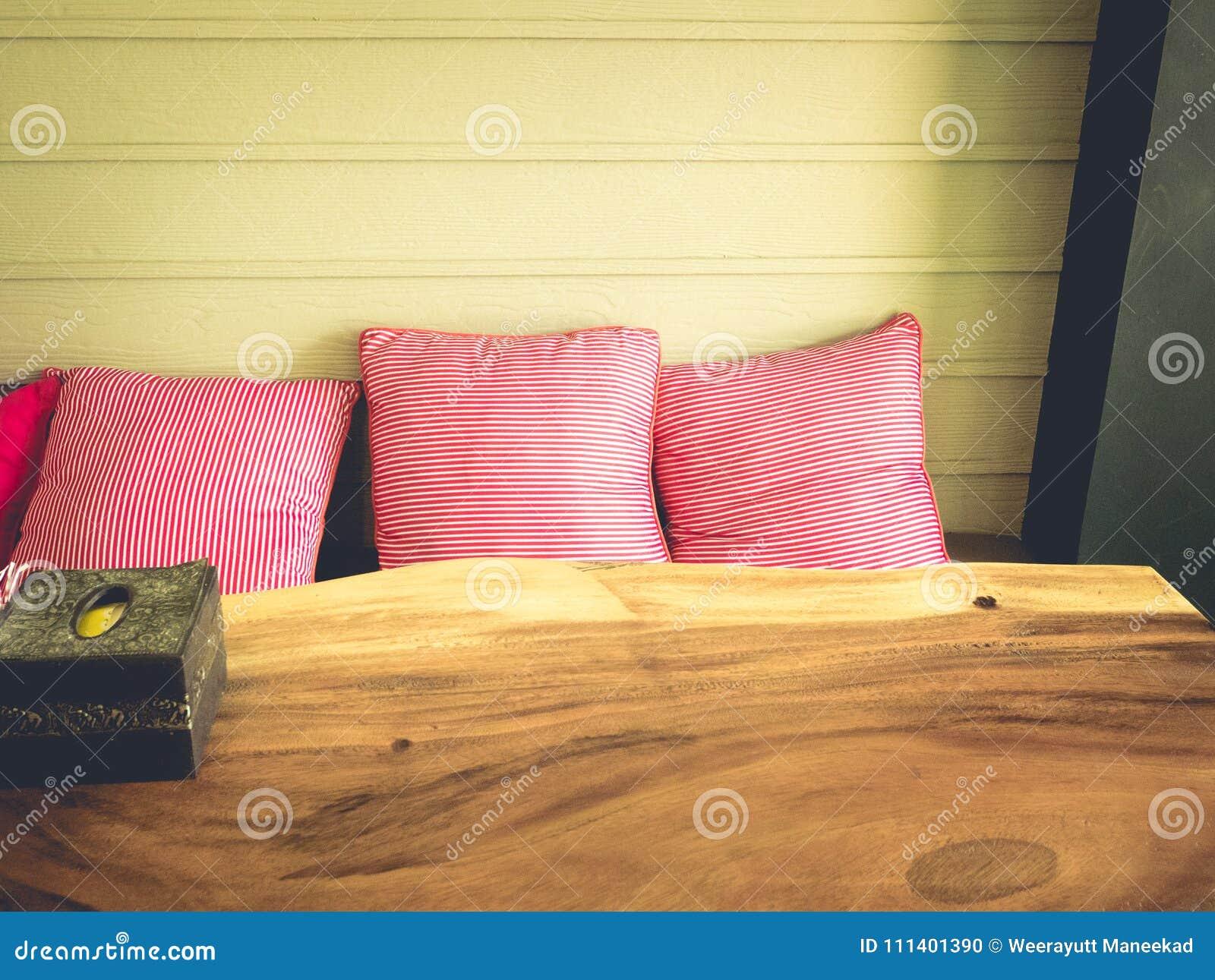 3 cuscini e tavola di legno