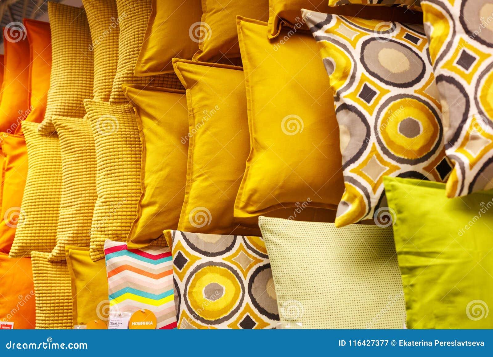 Cuscini gialli in una fila