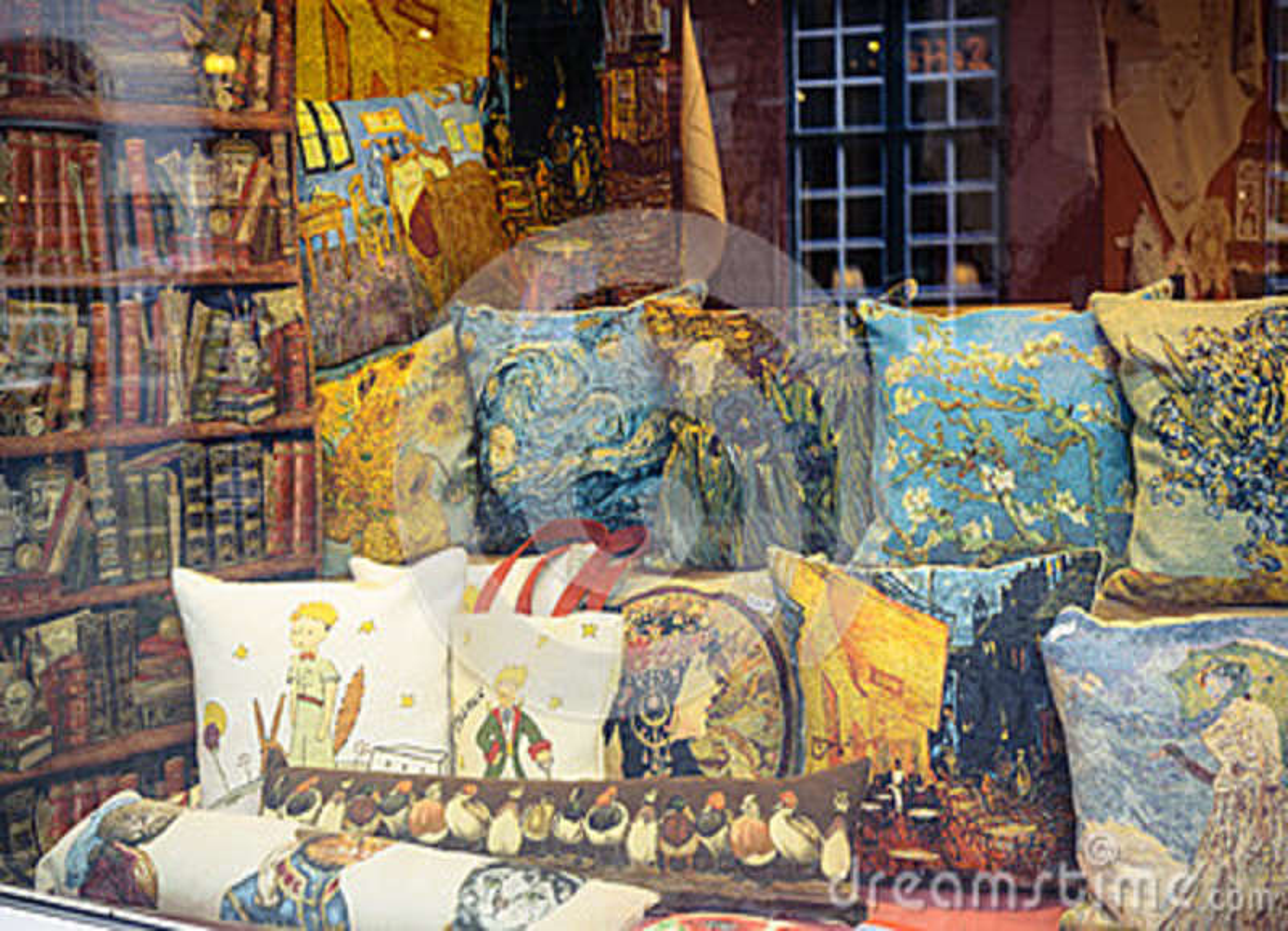 Negozio Cuscini.Cuscini Nella Finestra Del Negozio A Bruges Belgio Fotografia