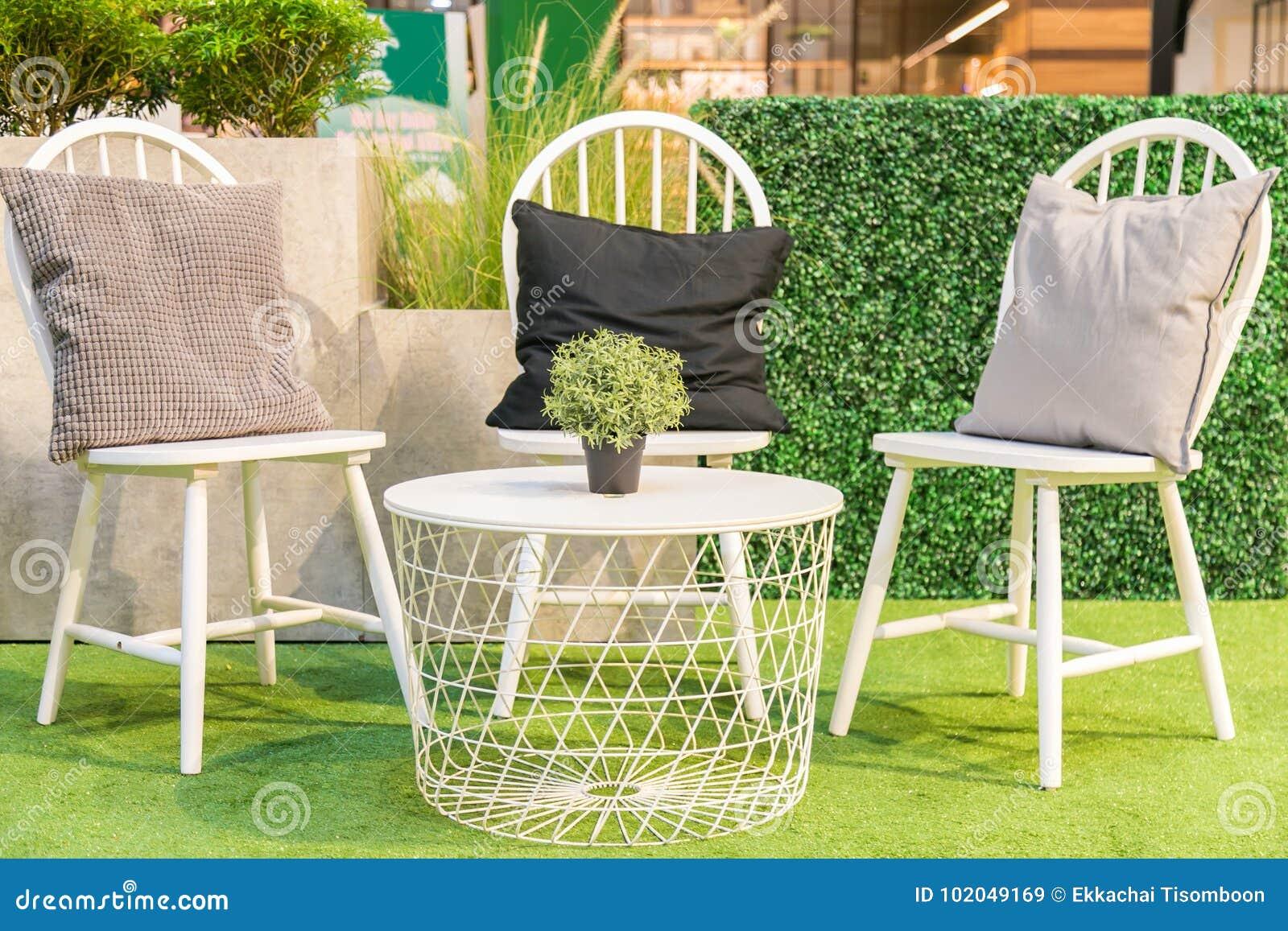 Sedie Bianche E Legno : Cuscini sullsedie di legno bianche e una tavola bianca su