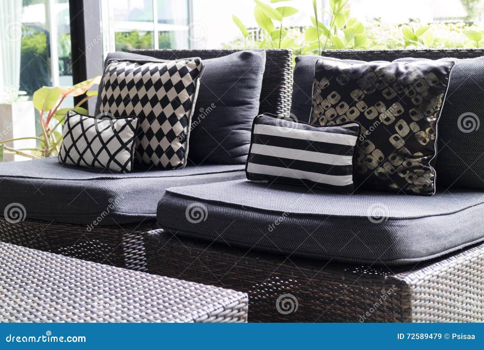 Cuscini Bianchi E Neri cuscino e cuscino neri e bianchi sulla sedia di vimini