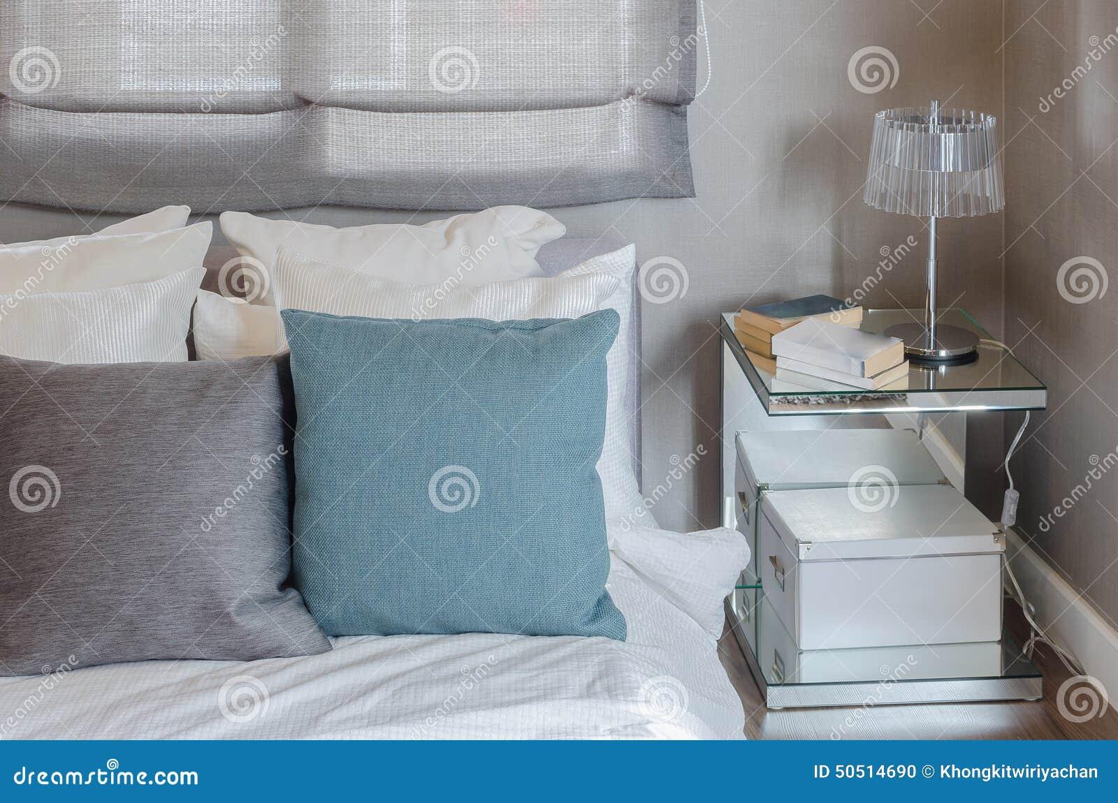 Camera Da Letto Bianco E Grigio : Cuscino grigio e verde sul letto bianco in camera da letto moderna