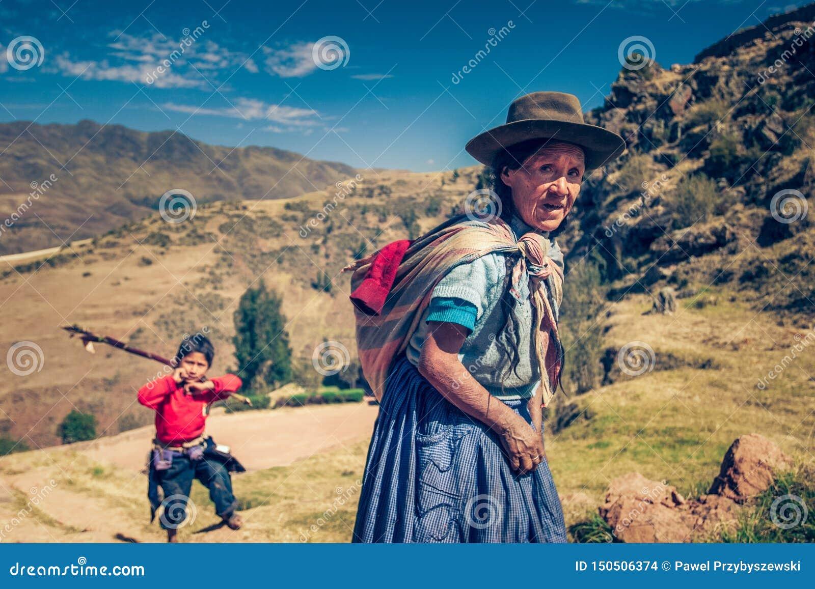 Cusco/Perú - 29 de mayo 2008: Retrato de la vieja mujer peruana nativa en las montañas andinas
