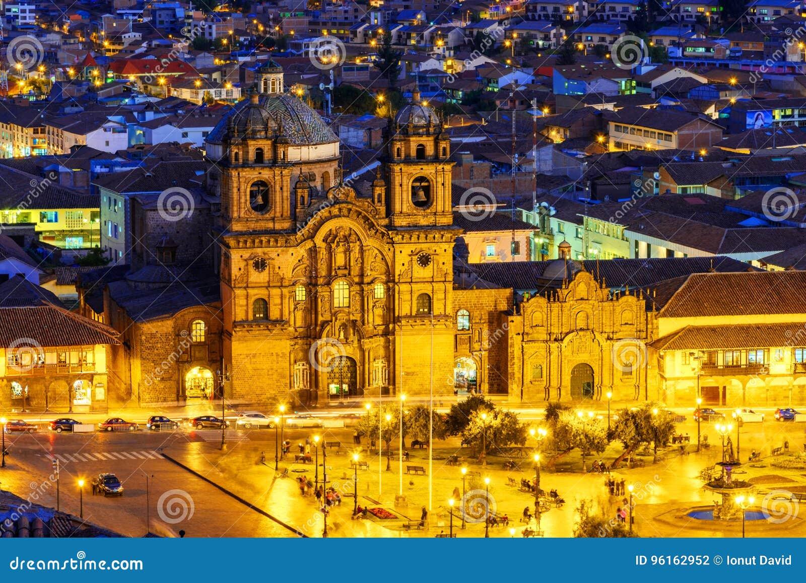 Cusco, Peru - överblick av plazaen de Armas och kyrka av samhället av Jesus