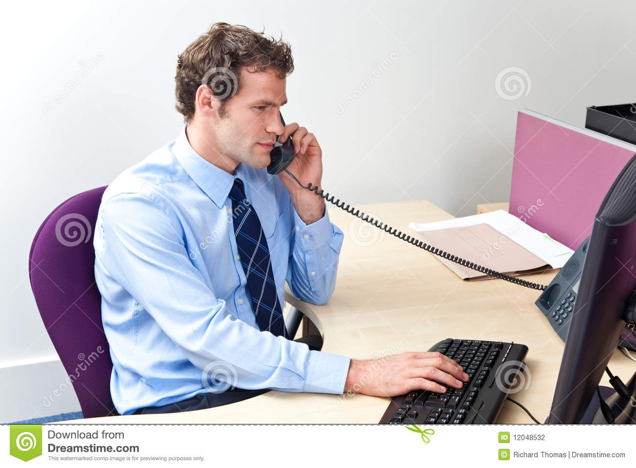 Customer care worker in an office on the telephone stock for Imagenes de trabajadores de oficina