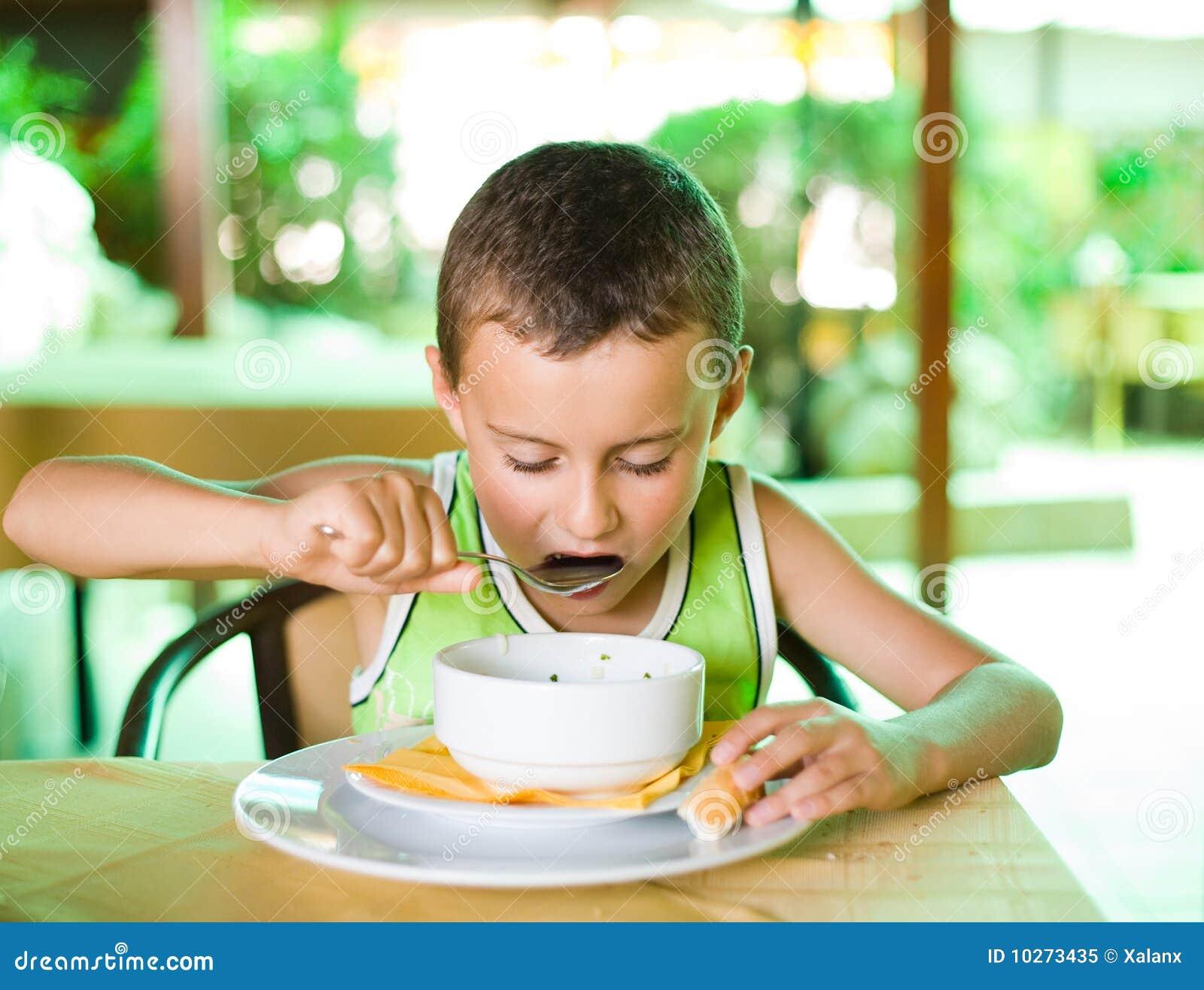 Почему человек чавкает когда ест