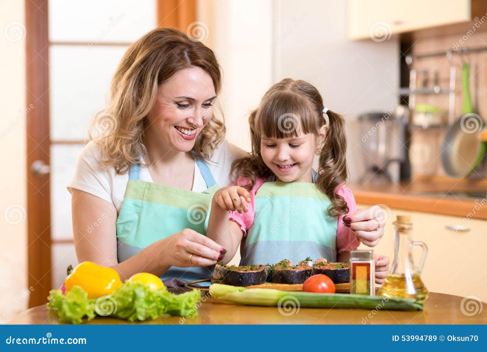 С мамкой на кухне, Мама и сын на кухне - смотреть порно онлайн или скачать 25 фотография