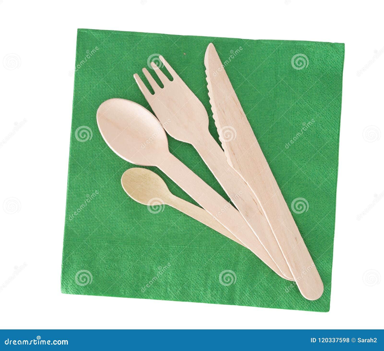 Cutelaria de madeira, forquilha, colher, faca com o guardanapo de papel verde isolado no branco