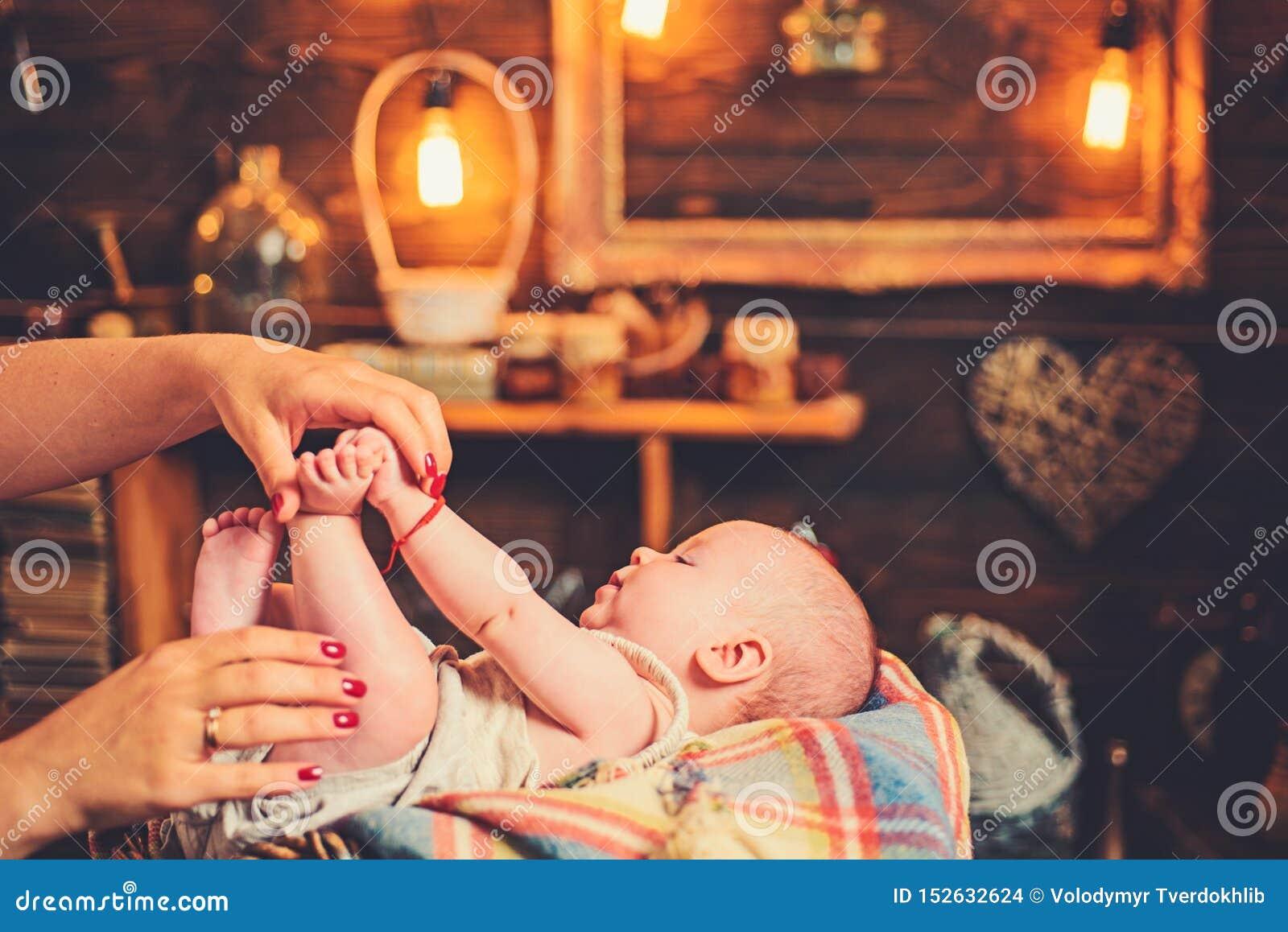 Cutie con la mam? Familia Cuidado de ni?os El d?a de los ni?os Peque?a muchacha con la cara linda parenting ni?ez y felicidad