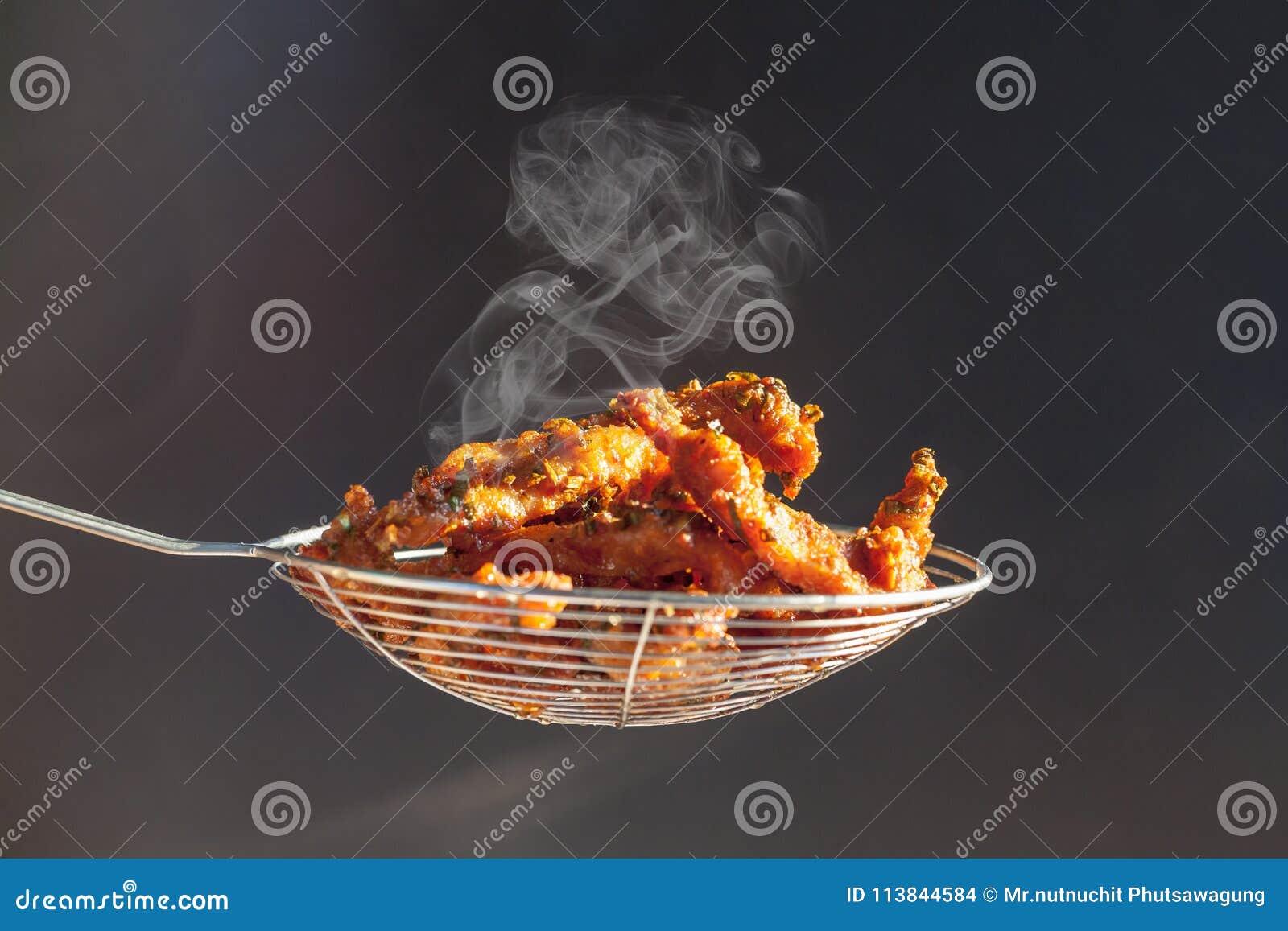 Cutlet χοιρινού κρέατος σε ένα καλάθι που τηγάνισε ακριβώς από το τηγάνι στην κουζίνα