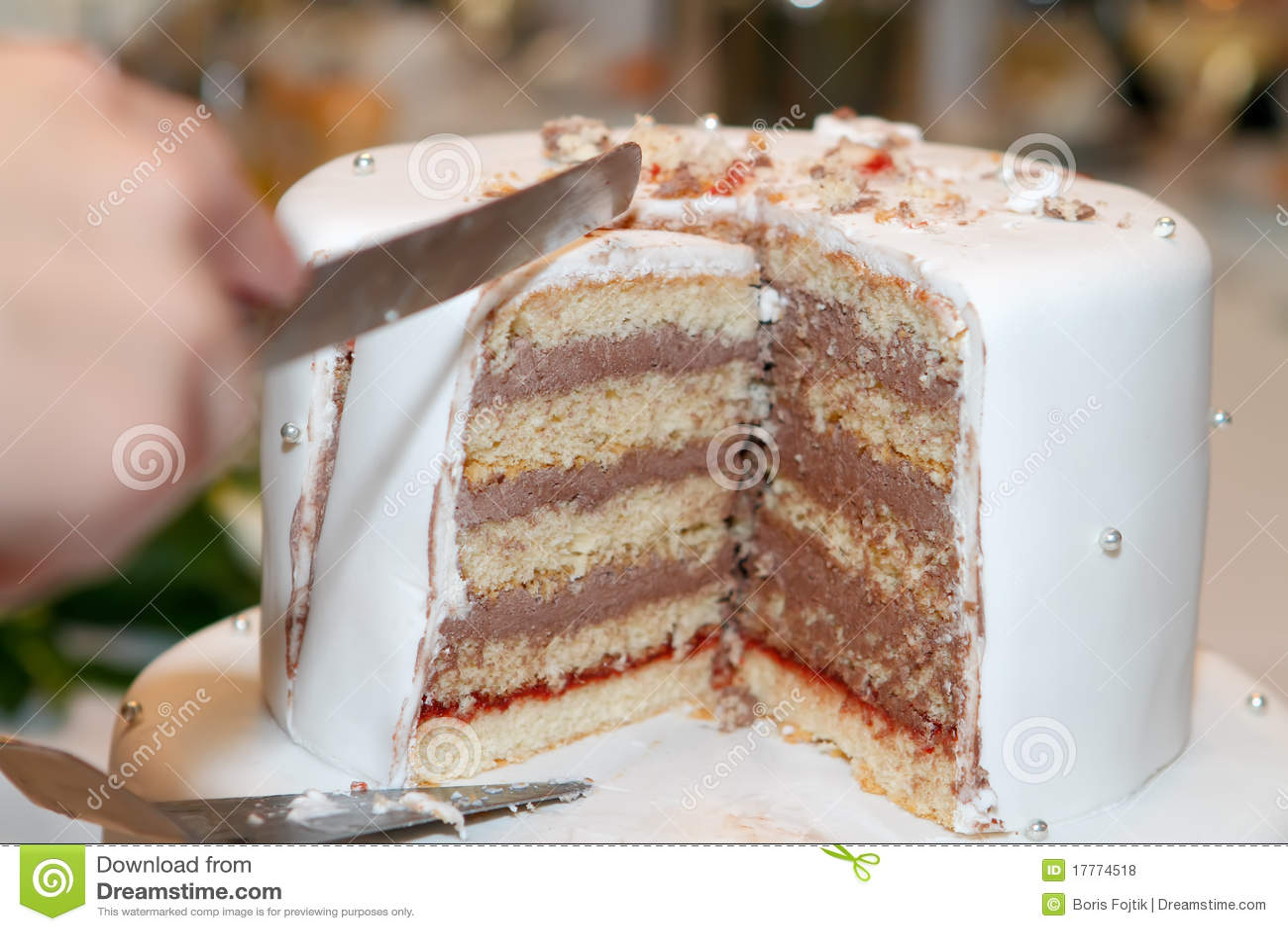 Cutting The Wedding Cake Royalty Free Stock Photos