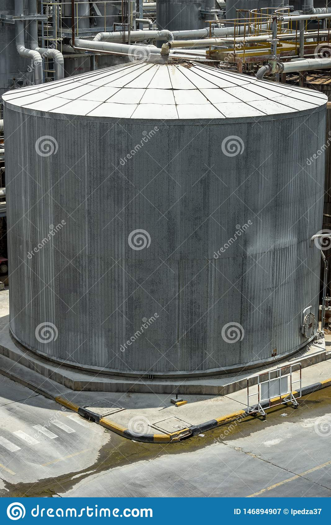 Cuves de stockage chimiques qui sont chaudes dans l usine