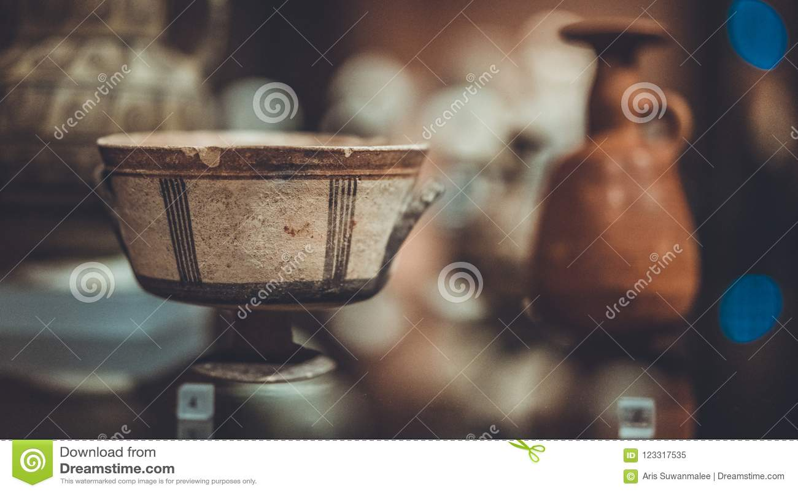 Cuvette antique en céramique et de porcelaine