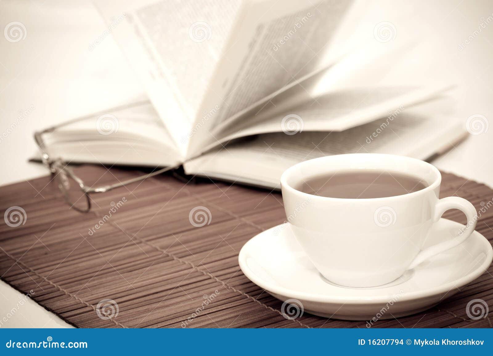 Cuvette blanche de café et de livre avec des glaces