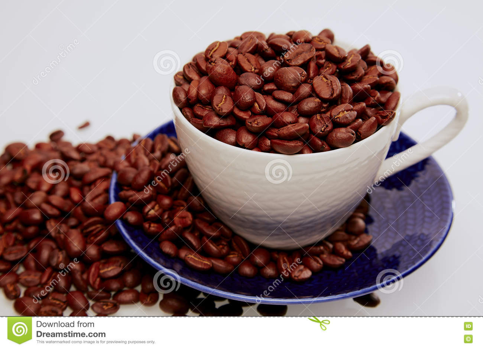 Cuvette complètement de grains de café