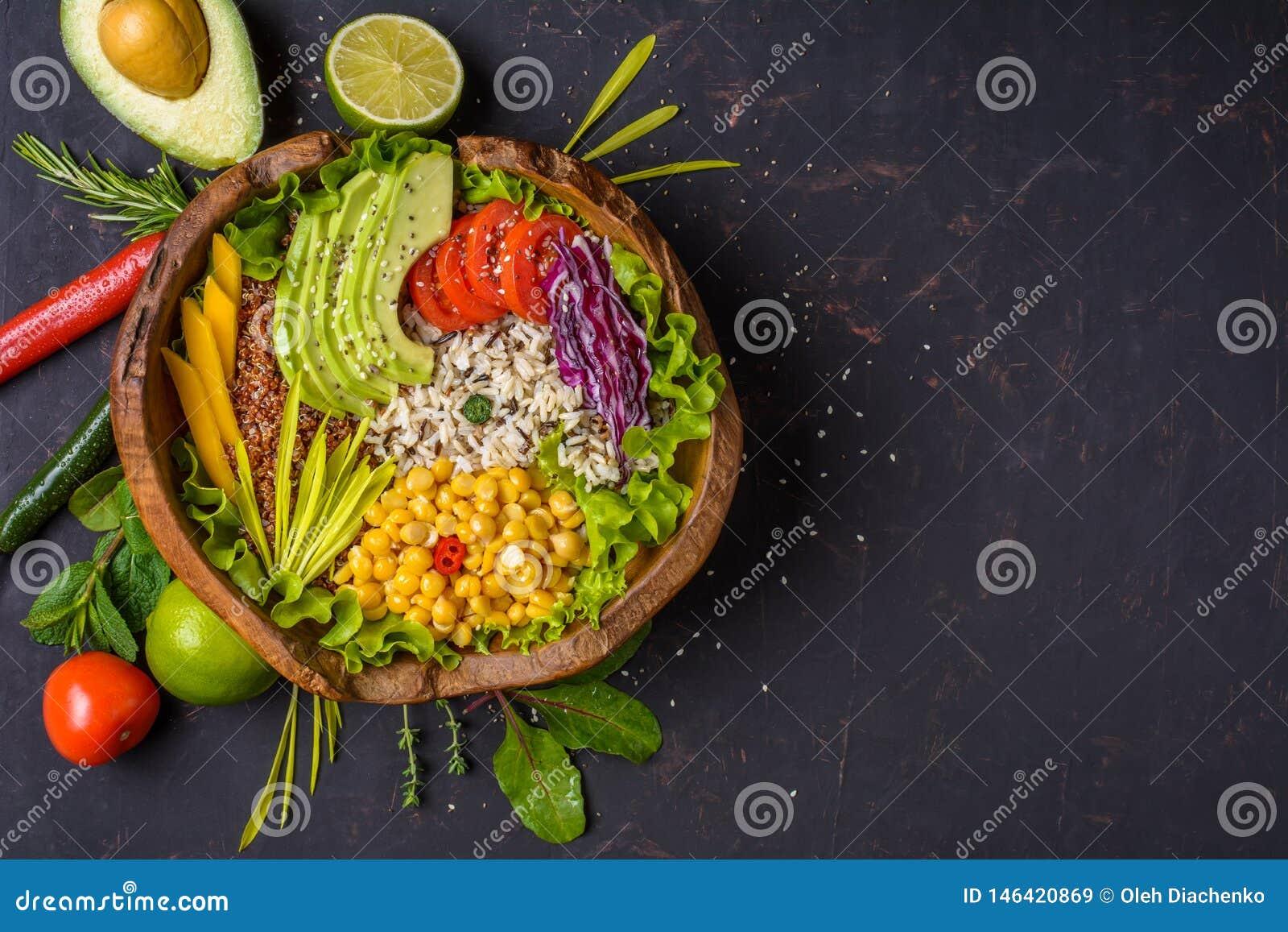 Cuvette de Bouddha avec le pois chiche, avocat, zizanie, graines de quinoa, paprika, tomates, verts, chou, laitue sur la pierre f