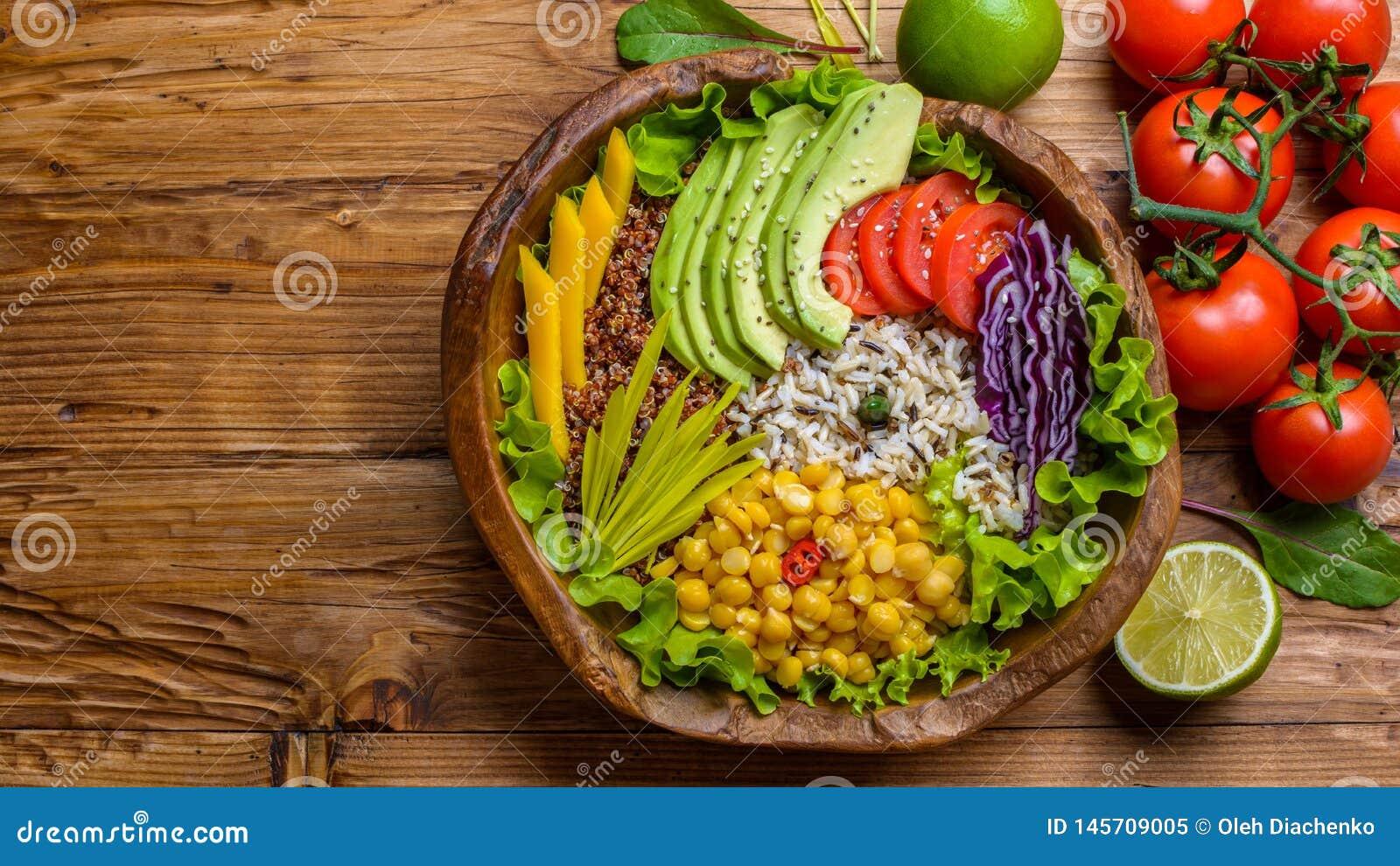 Cuvette de Bouddha avec le pois chiche, avocat, zizanie, graines de quinoa, paprika, tomates, verts, chou, laitue sur la vieille