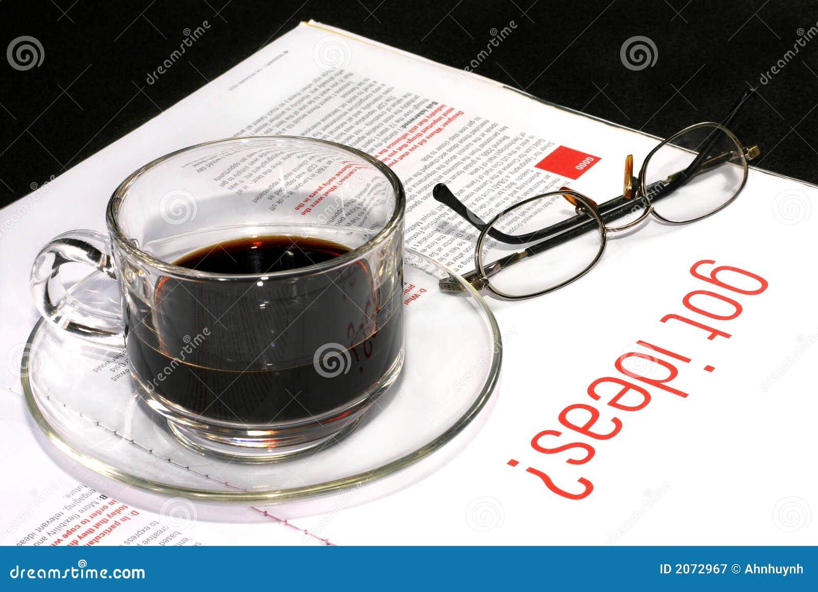 Cuvette de café avec la revue créatrice