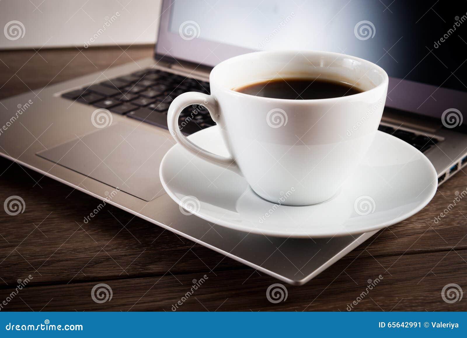 Cuvette de café et d ordinateur portatif