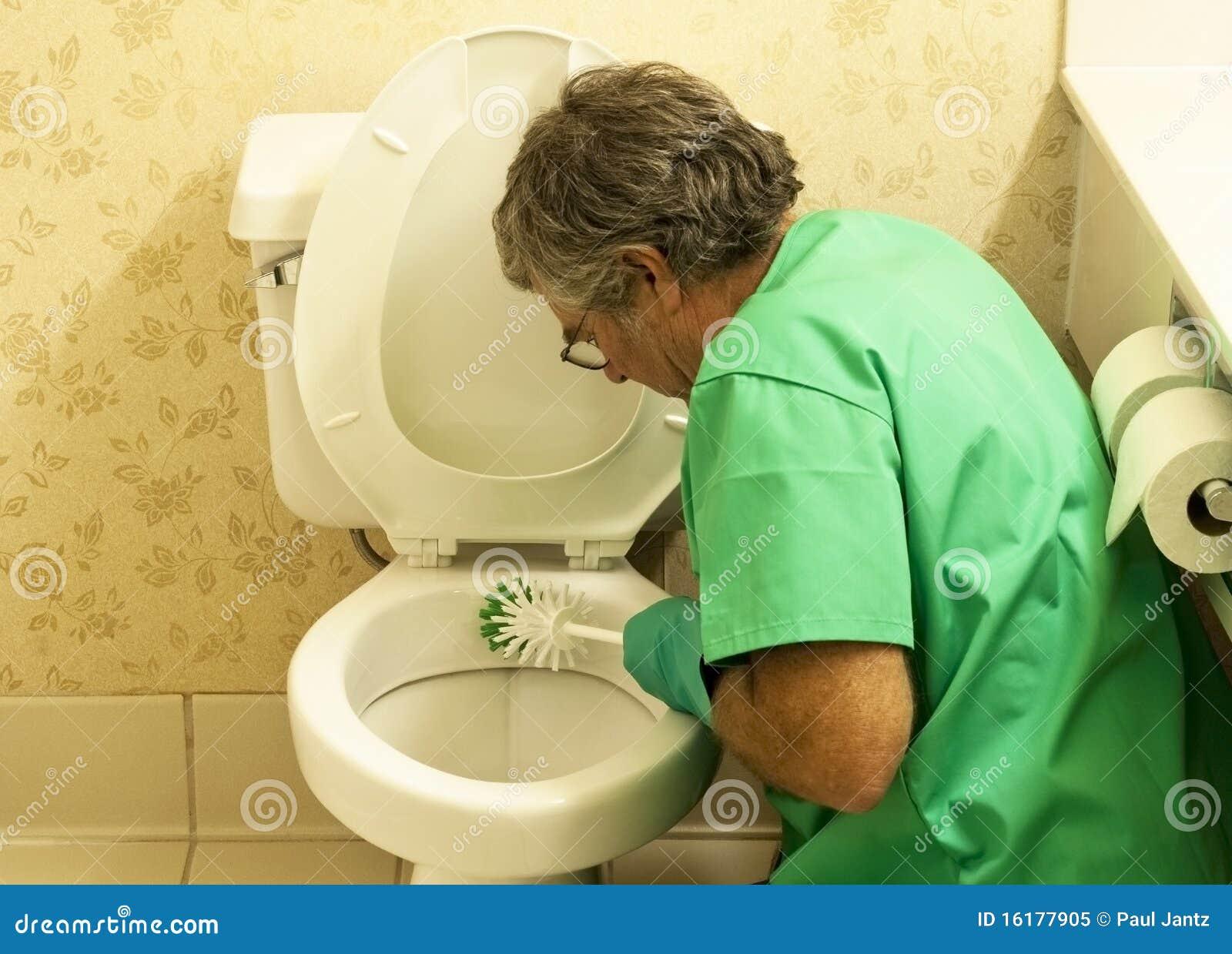 Cuvette de toilette de nettoyage d 39 homme avec un balai photo libre de dro - Nettoyage toilettes encrassees ...