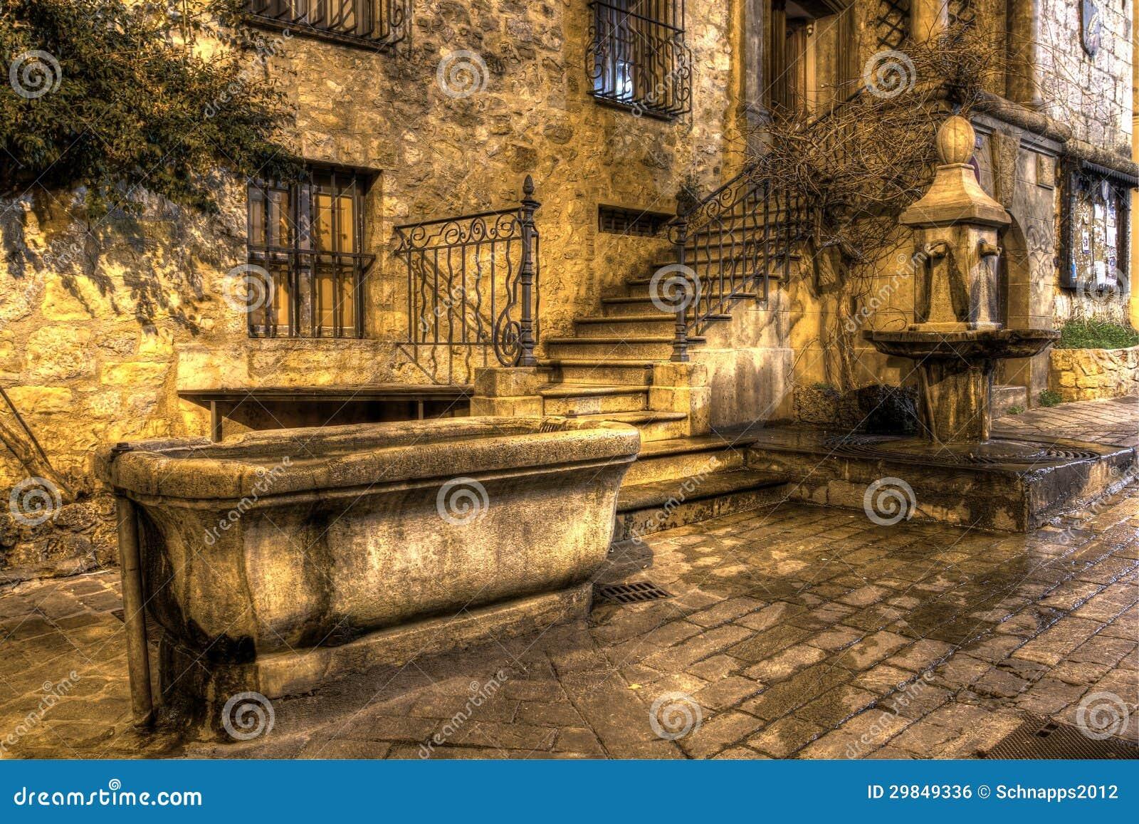 Cuvette et fontaine en pierre de boissons image libre de droits image 29849336 - Sud de la france ville ...