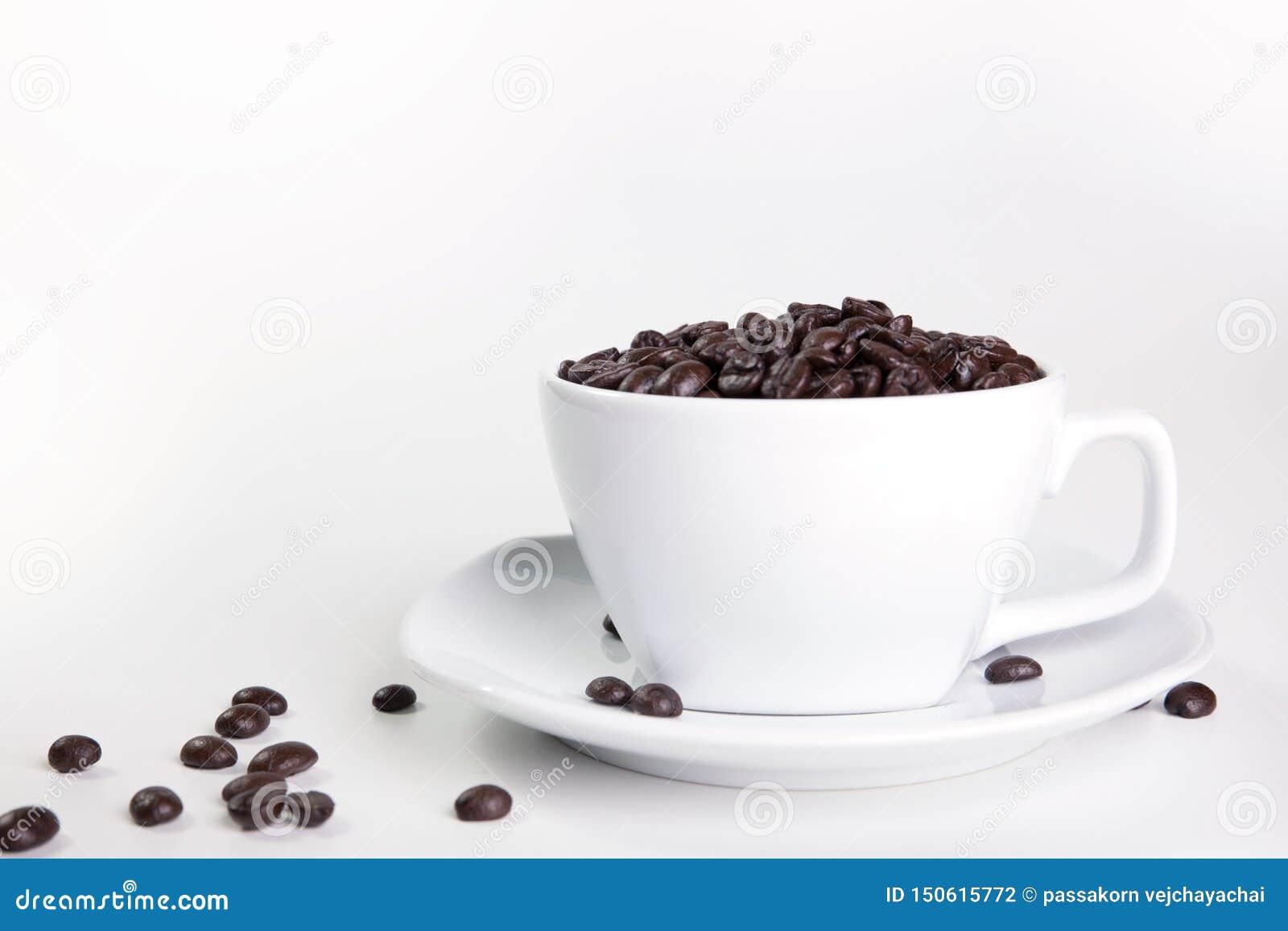 Cuvette et haricots de caf? sur un fond blanc