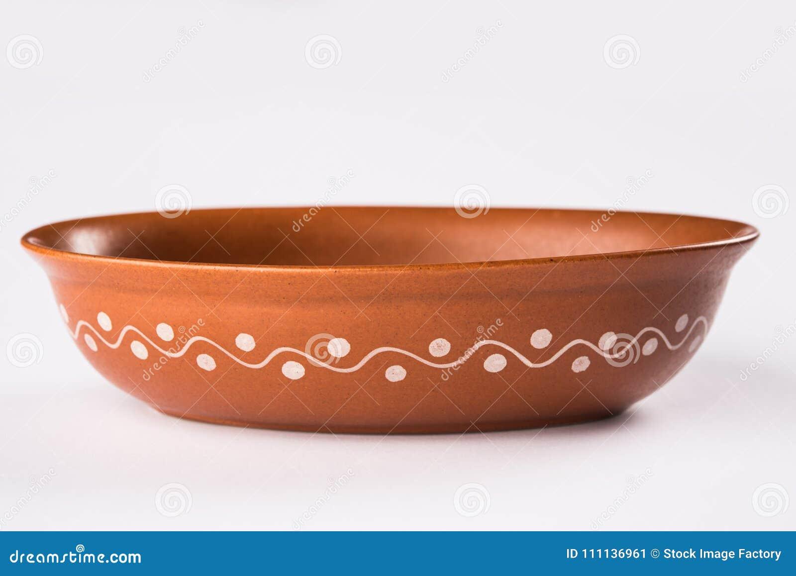 Cuvette vide de portion de terre cuite ou bol de soupe brun à argile d isolement sur le blanc