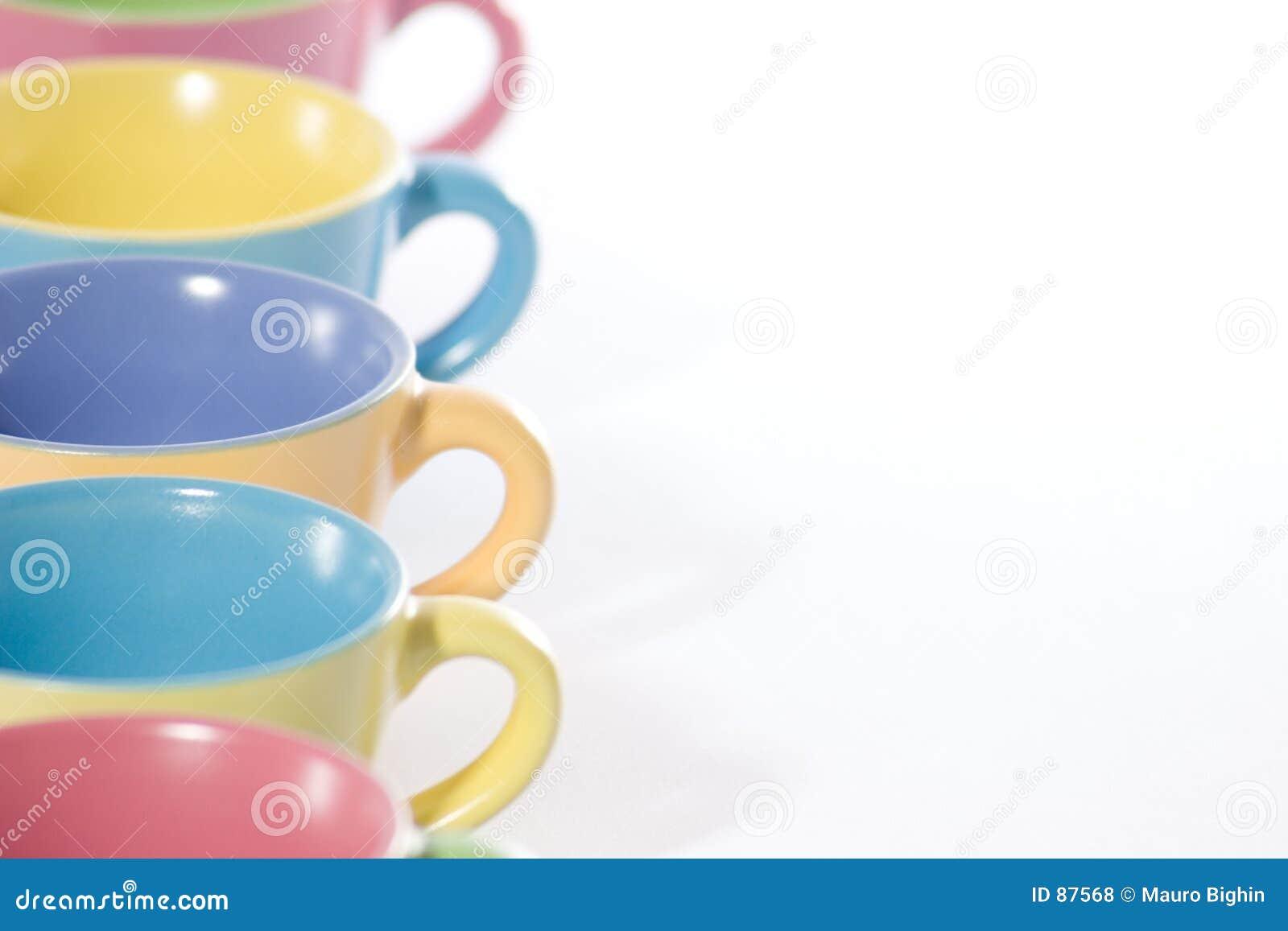 Cuvettes de café colorées vers la gauche