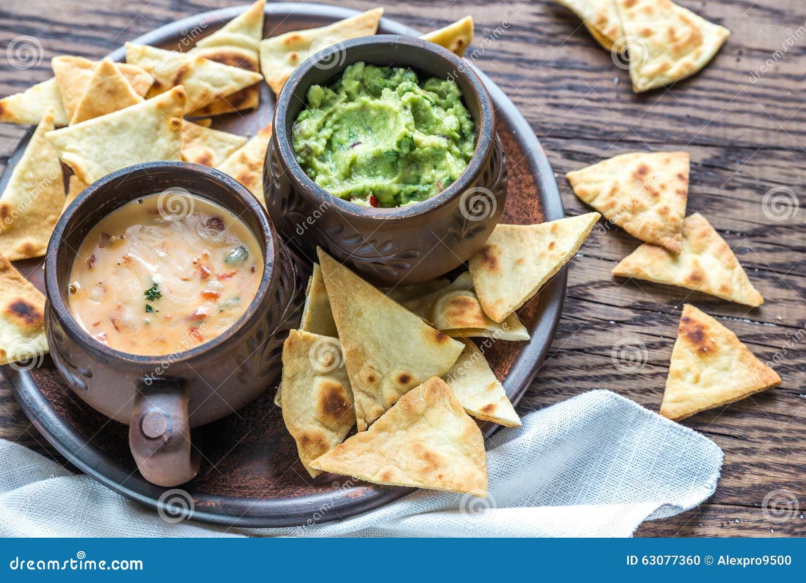 Download Cuvettes De Guacamole Et De Queso Avec Des Puces De Tortilla Photo stock - Image du plongement, rapide: 63077360