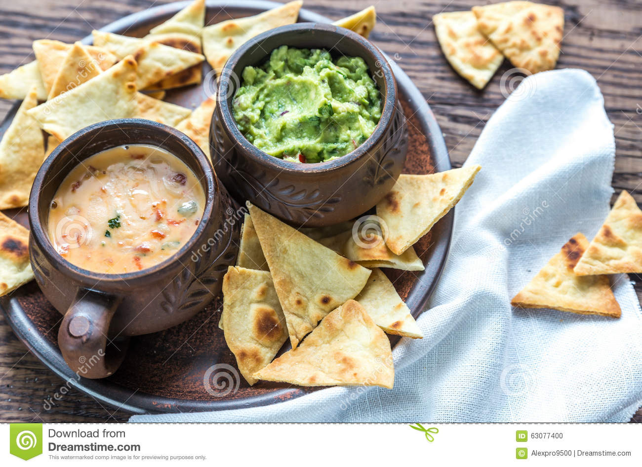 Download Cuvettes De Guacamole Et De Queso Avec Des Puces De Tortilla Photo stock - Image du olive, mexicain: 63077400