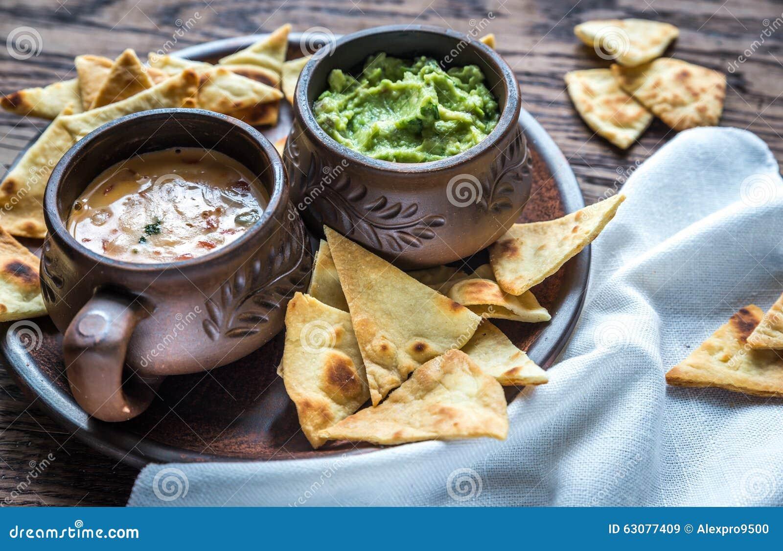 Download Cuvettes De Guacamole Et De Queso Avec Des Puces De Tortilla Image stock - Image du guacamole, rapide: 63077409