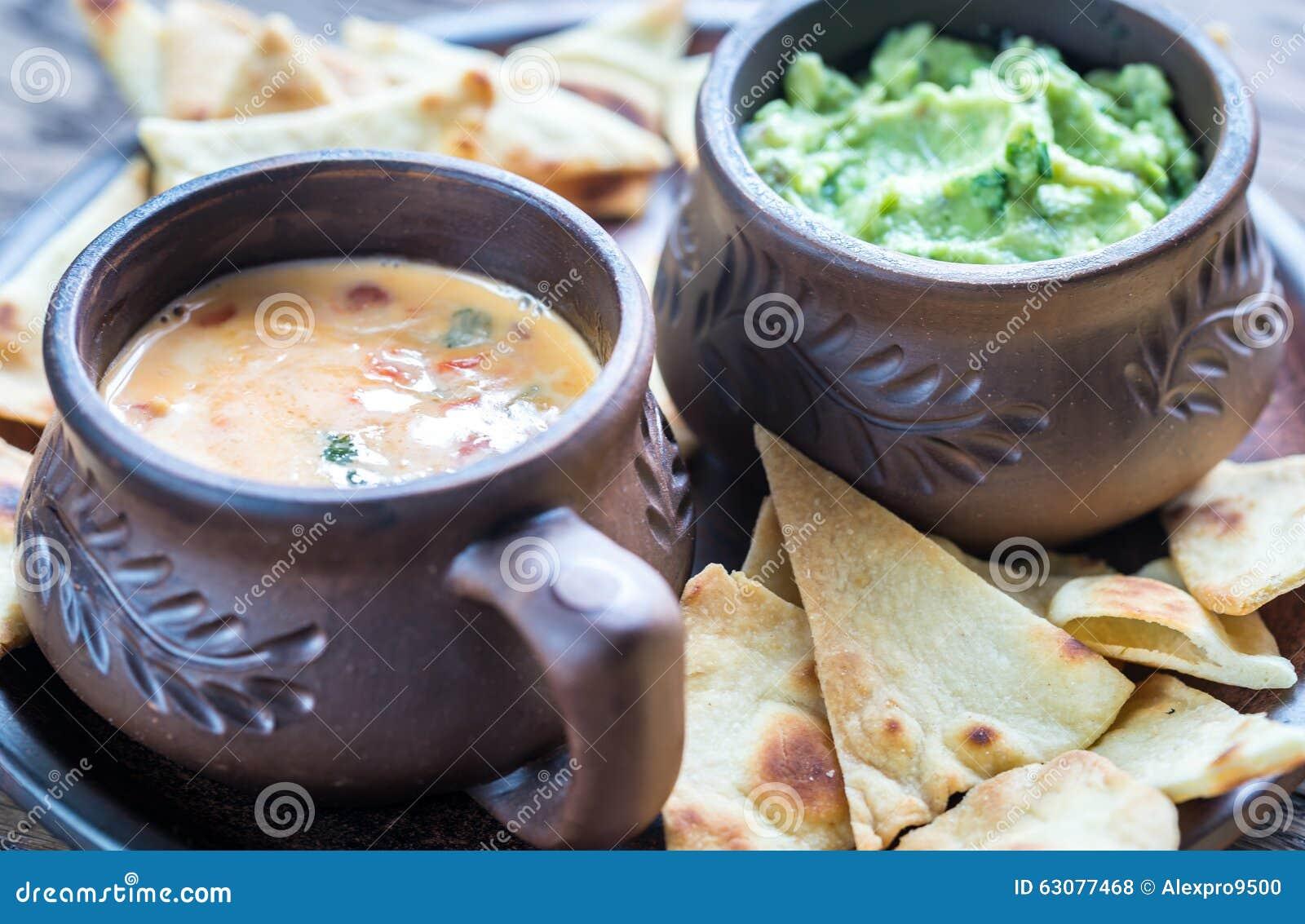 Download Cuvettes De Guacamole Et De Queso Avec Des Puces De Tortilla Photo stock - Image du serviette, crémeux: 63077468
