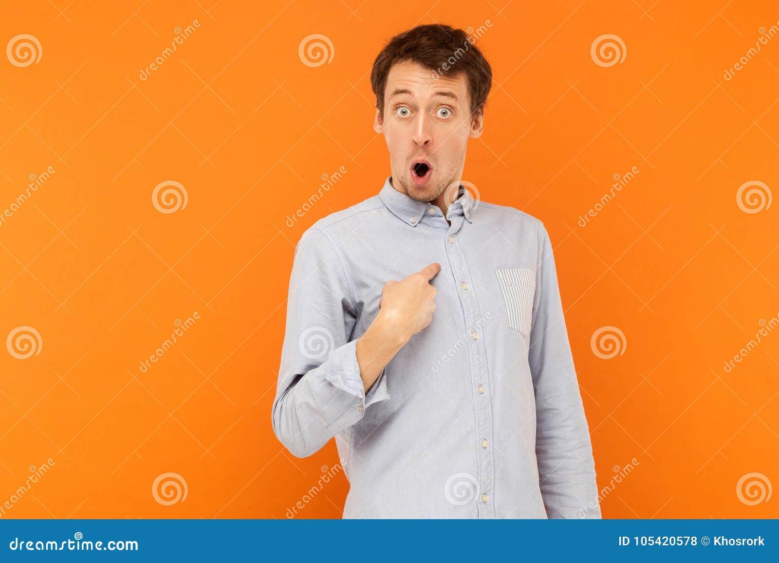 CWho, ι ` μ; Συγκλονισμένο άτομο που εξετάζει τη κάμερα και που δείχνει το δάχτυλο hims