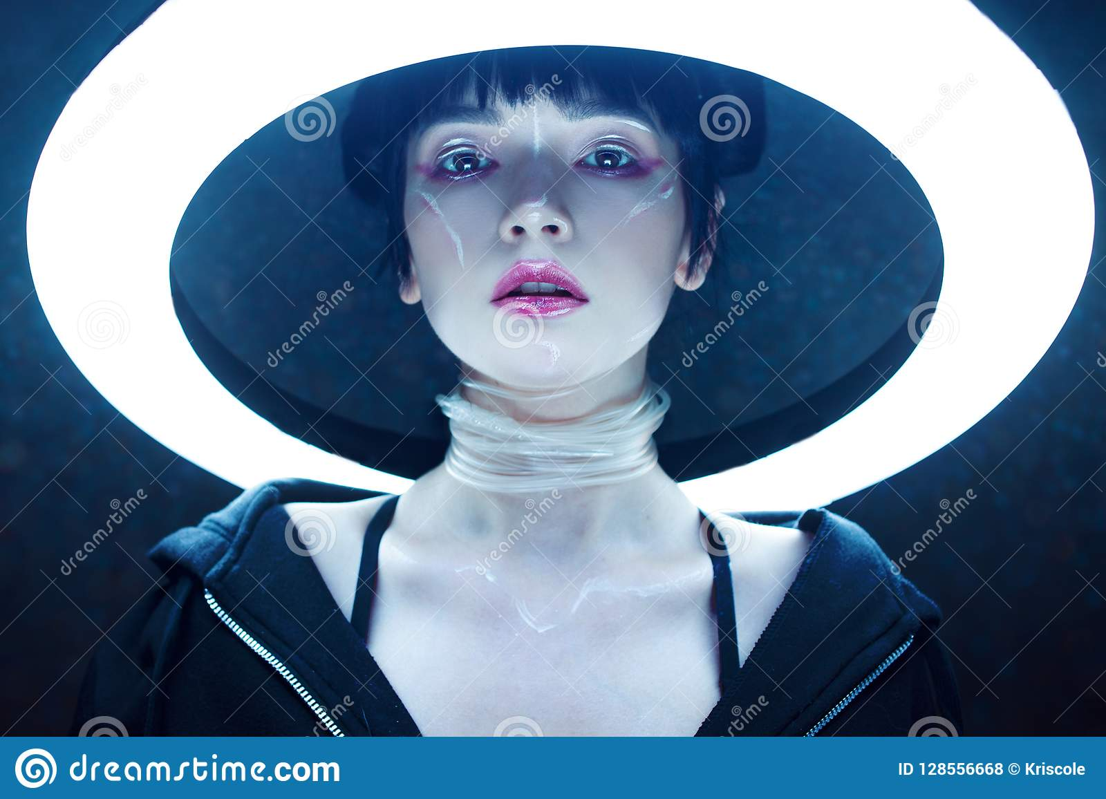 Cyber dof skutka dziewczyny płycizna Piękna młoda kobieta, futurystyczny styl