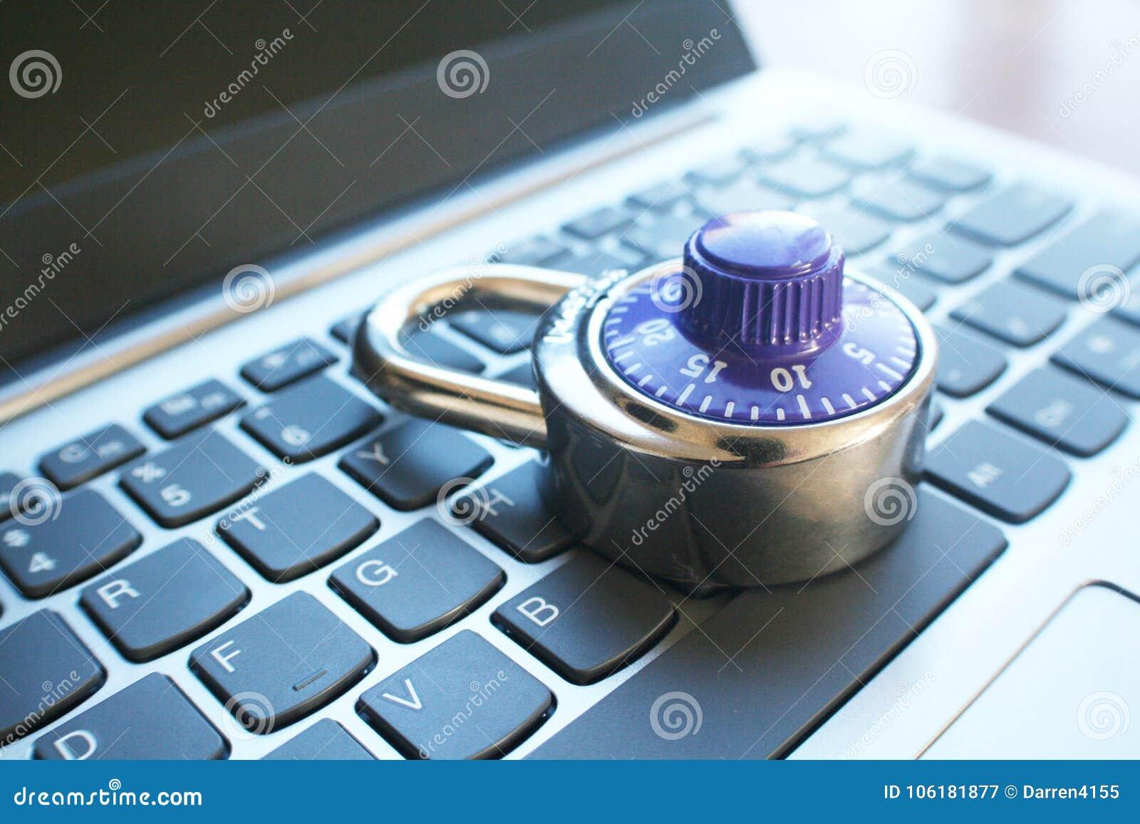 Cyberveiligheid met het Blauwe Slot van de Aantalwijzerplaat op Laptop Hoge Keyoard - kwaliteit