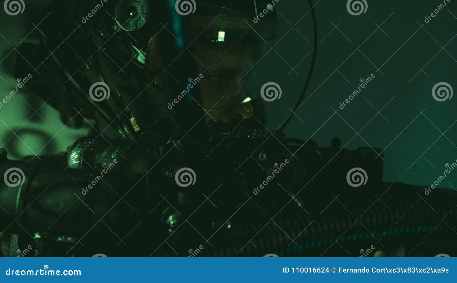 Cyborga mężczyzna przyszłość z hełmem zaświeca dowodzonego i ogromnego laser g
