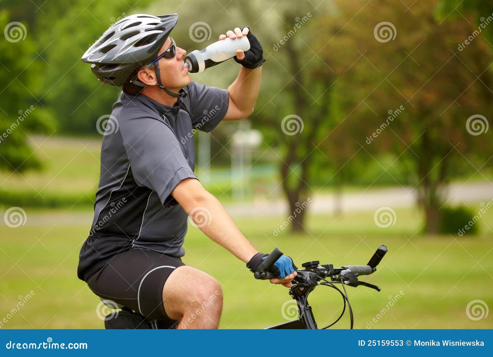 Cycliste avec la bouteille d eau
