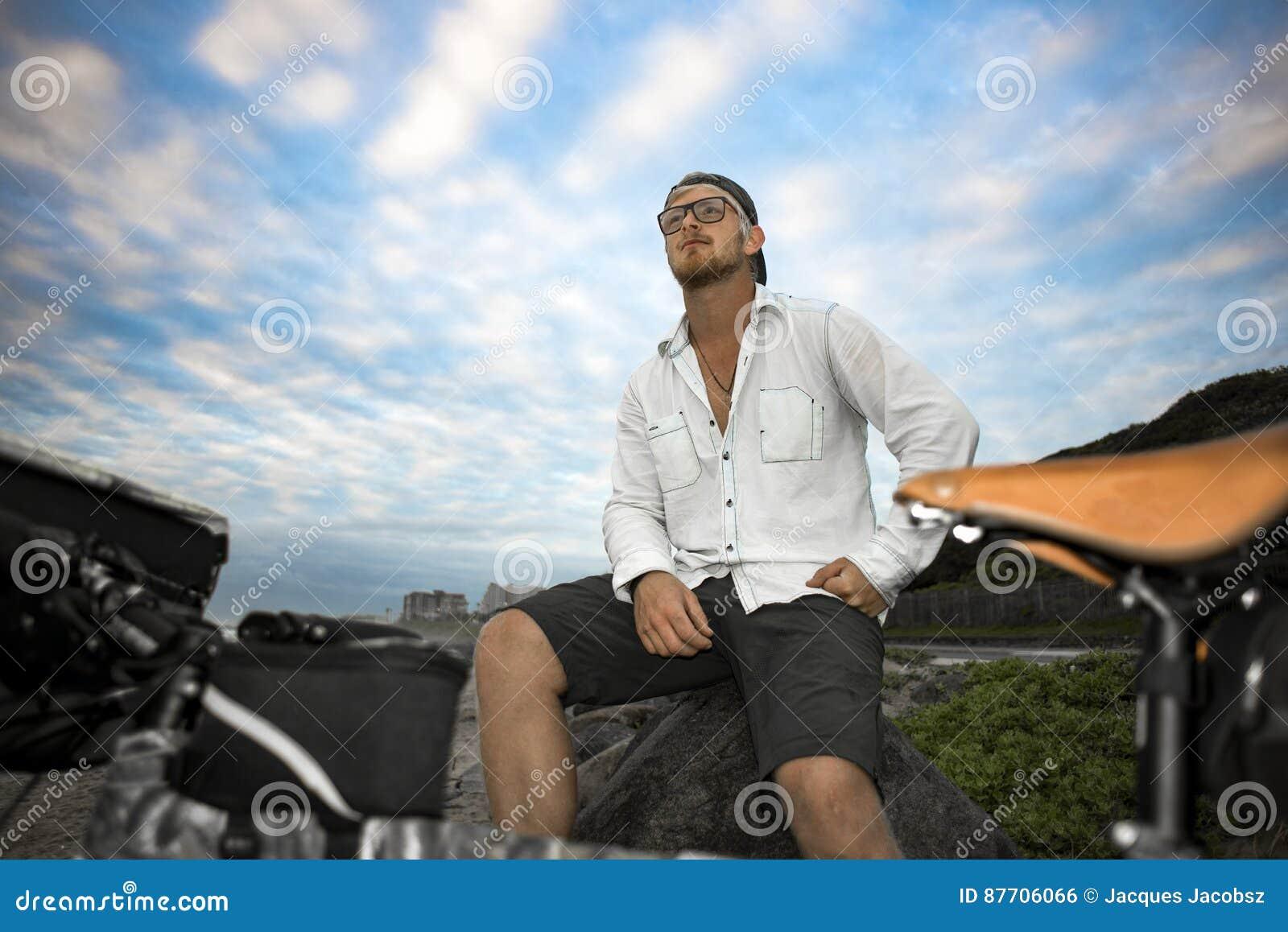 Cycliste de fond avec la bicyclette devant lui