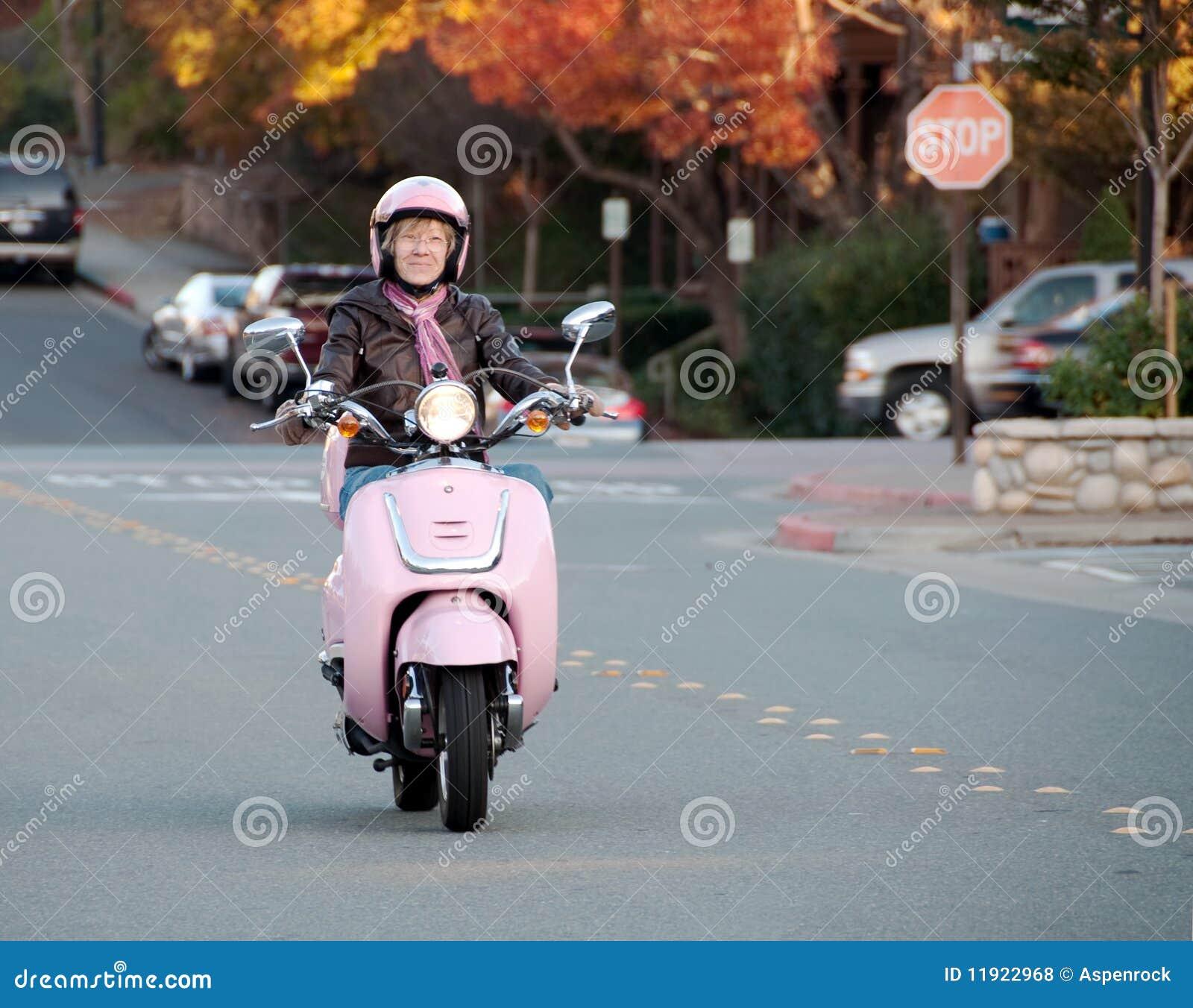 Cycliste De Madame Sur Le Scooter Rose Photos Libres De