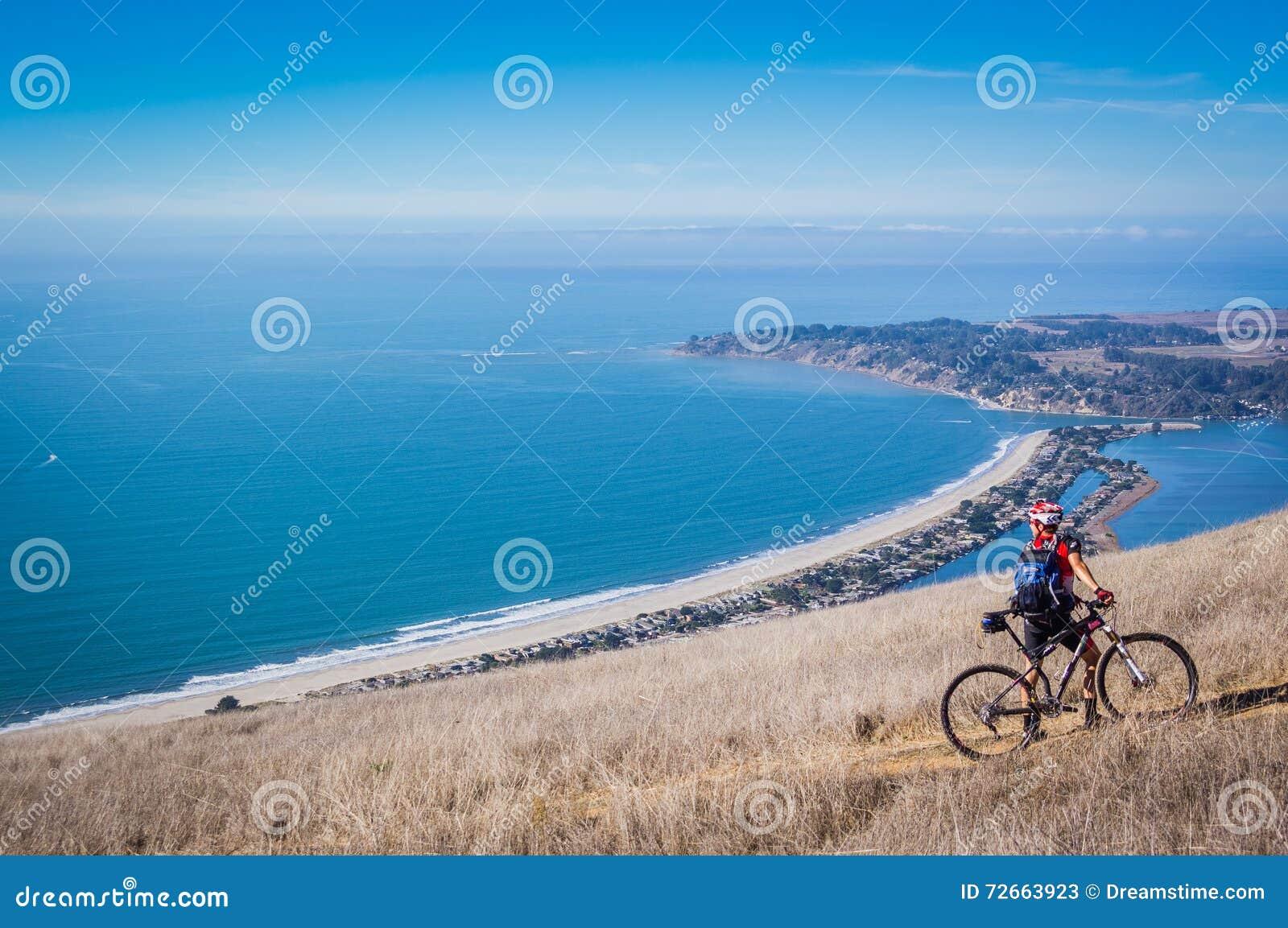 Cycliste de montagne sur la traînée