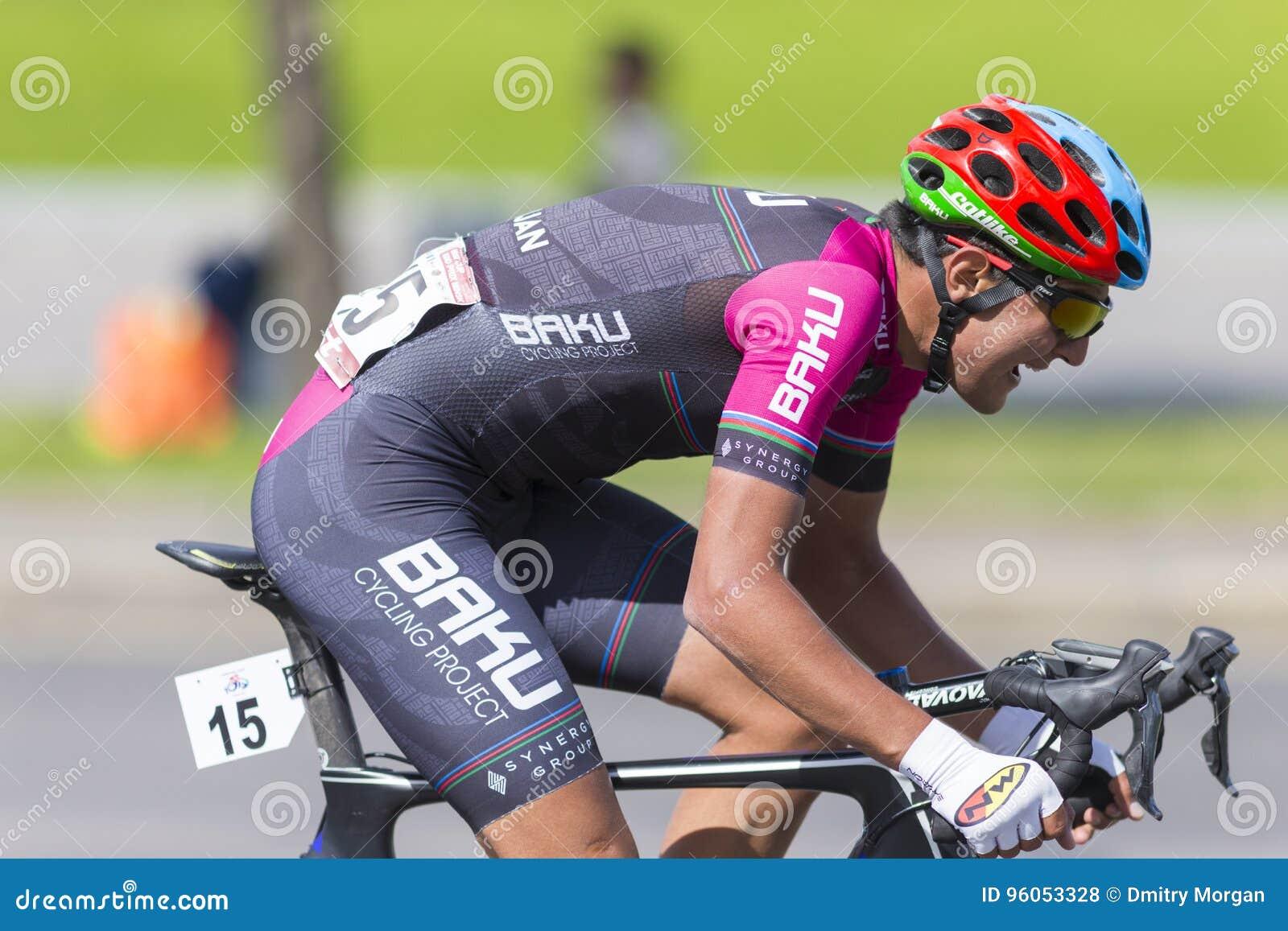 Cycliste de route dans le Peloton professionnel pendant la concurrence de recyclage Grand prix Minsk-2017 de route internationale